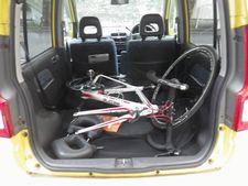 軽自動車の荷室にロードバイクは楽に積める