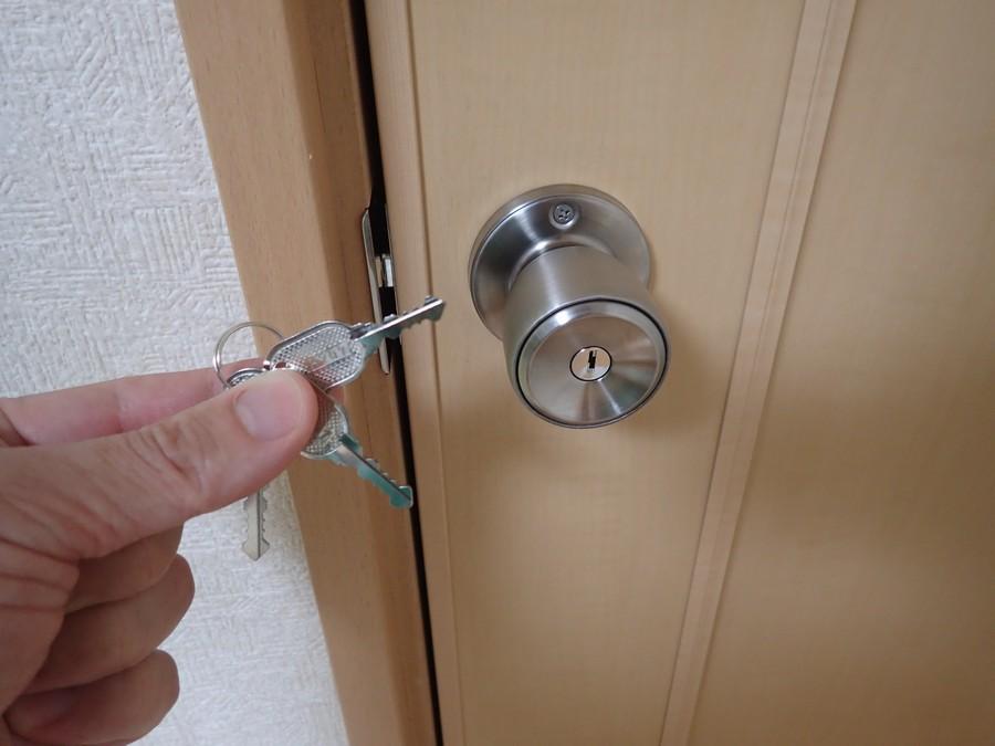 部屋のドアに鍵を取り付けてみた【鍵付きドアロック交換】